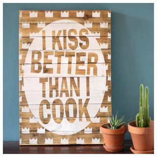 Dekoschild mit Spruch I KISS BETTER THAN I COOK... 58x40x4cm aus Holz